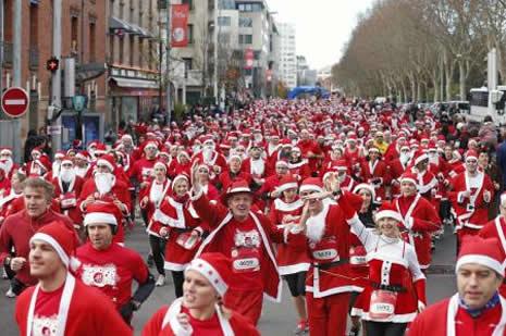 Kenti Noel Babalar bastı