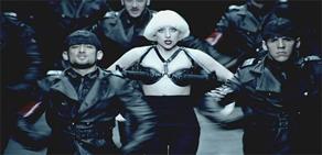 Lady Gaga'dan silahlı sütyen