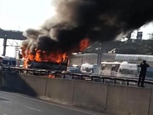TEM'de yanan minibüs trafiği felç etti