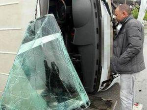 Servis minibüsü kaygan yolda yan yattı 10 yaralı