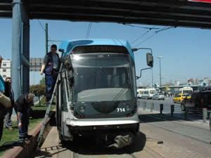 Tramvay ile İETT otobüsü çarpıştı