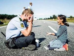 Dünya bu polisi konuşuyor!
