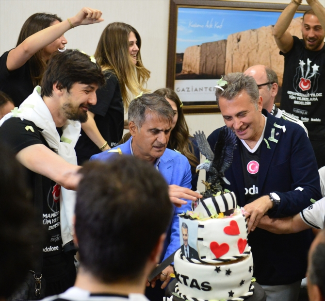 Beşiktaş şampiyonluk pastasını kesti galerisi resim 1