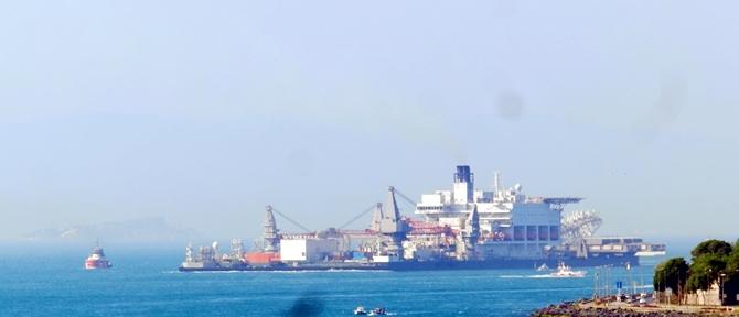 Dünyanın en büyük gemisi İstanbul Boğazı'ndan geçti galerisi resim 1