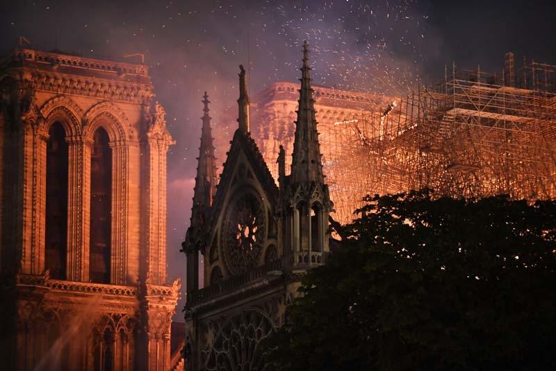 856 yıllık Notre Dame yandı galerisi resim 1