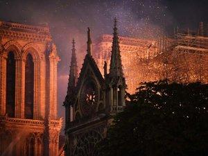856 yıllık Notre Dame yandı