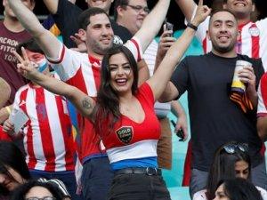 Paraguaylı güzel 9 yıl sonra yine tribünlerde!