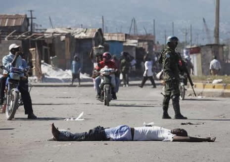 Haiti'de cesetler havada uçuşuyor galerisi resim 16