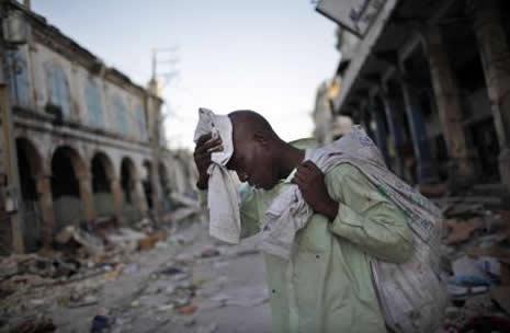 Haiti'de cesetler havada uçuşuyor galerisi resim 23