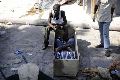 Haiti'de cesetler havada uçuşuyor galerisi resim 26