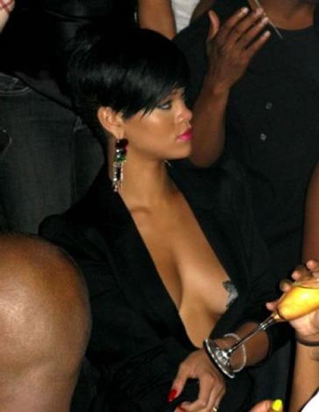 Ünlü popçu Rihanna soyundu galerisi resim 16
