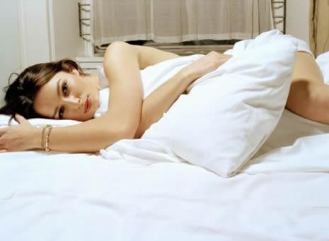 Фото в постели девушка