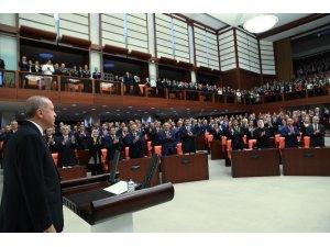 Cumhurbaşkanı Recep Tayyip Erdoğan, yemin etmek için Genel Kurul Salonu'na geldi. Cumhurbaşkanı Erdoğan'ın yemin etmesiyle Cumhurbaşkanlığı Hükümet Sistemi'ne resmen bugün geçilecek.