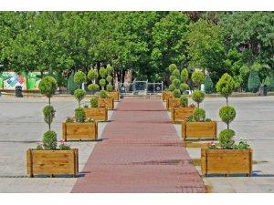 15 Temmuz Demokrasi Meydanı ahşap saksılar ile çiçeklendirildi