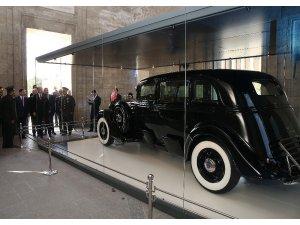 Cumhurbaşkanı Erdoğan, Atatürk'ün restore edilen otomobilini inceledi