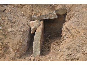 Yol genişletme kazısında ortaya çıkan bin 800 yıllık taş sandık mezar incelemeye alındı