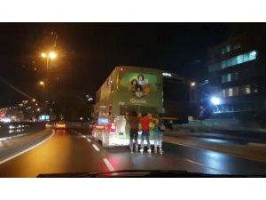 Beyoğlu'nda patenli gençlerin tehlikeli yolculuğu kamerada