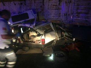 Otomobil saman yüklü tırın altına girdi: 2 ağır yaralı