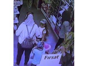 Kozmetik mağazasında yaşanan çanta hırsızlığı kamerada