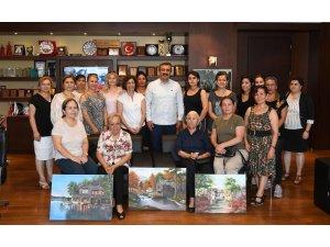 Resim kursiyerleri Soner Çetin'e tablolarını hediye etti