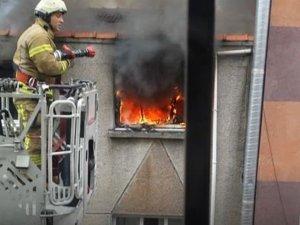 Fatih'te korkutan yangın mahalleliyi sokağa döktü