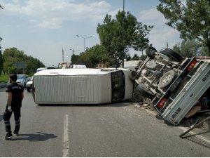 Kamyonet ile minibüs çarpıştı; 1 yaralı