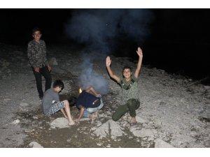 Çocukların Habur Çayı'nda tehlikeli gece eğlencesi