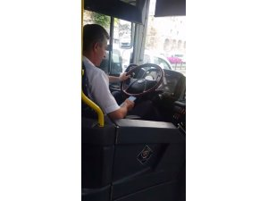 Seyir halindeyken mesajlaşan otobüs sürücüsü kamerada