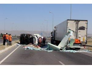 Tıra çarpan ayran yüklü kamyon devrildi: 2 yaralı