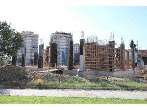 Bayraklı'daki kültür merkezi inşaatı yükseliyor