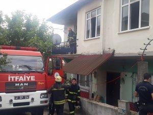 İki katlı evde çıkan yangında mahsur kalan 3 kişiyi itfaiye kurtardı