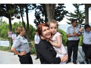 Kaybolan küçük kızı Başkan Benli ailesine teslim etti