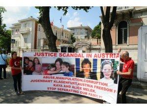 Avusturya hükümeti tarafından çocukları ellerinden alınan çiftten oturma eylemi