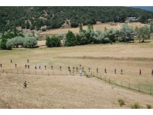 Asker vatandaşla birlikte dağ, taş küçük Evrim'i arıyor