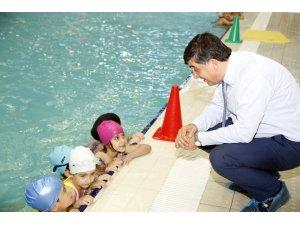 Başkan Fadıloğlu minik yüzücülerin mutluğunu paylaştı