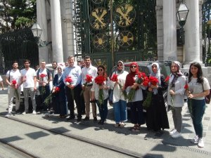 Srebrenitsa katliamında hayatını kaybedenler için Taksim'de 8 bin 372 karanfil dağıttılar