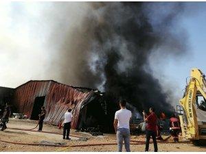 Malatya'da bir ambalaj fabrikasında yangın çıktı. Bölgeye çok sayıda itfaiye ekibi sevk edildi.