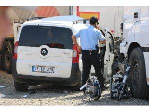 Hafif ticari araç tıra çarptı: 2 ölü, 2 yaralı