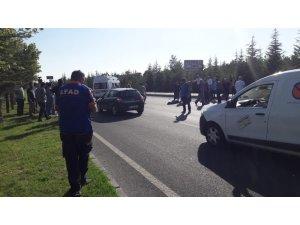 Yolun karşısına geçmeye  çalışan 2 kişiye otomobil çarptı