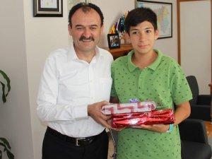 İl Milli Eğitim Müdürü Çandıroğlu Türkiye birincisini ödüllendirdi