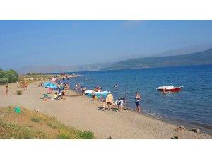Sıcaktan bunalanlar kendini Van Gölü'nün serin sularına bırakıyor