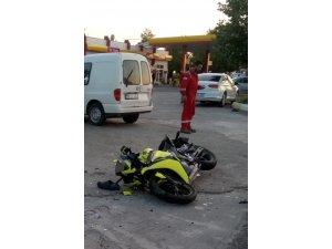 Traktör ve motosiklet çarpıştı: 2 yaralı