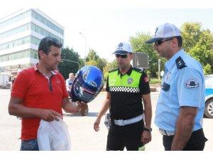 Polis, denetimlerde kaskı olmayan sürücülere kask hediye etti