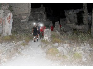 Yürüyüşte kaybolan iki turisti AKUT buldu