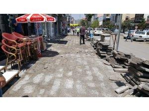 Kars Belediyesi Kazımpaşa Caddesi'nin kaldırımlarını yeniliyor
