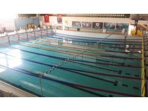 """Güngören'de Yüzme Şampiyonası'nda """"havuz"""" problemi"""