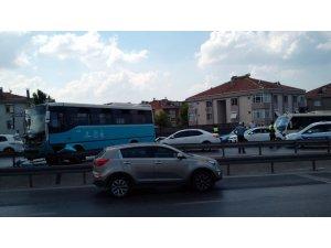 Özel halk otobüsü bariyerlere çıktı, faciadan dönüldü