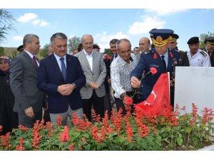 15 Temmuz kahramanı şehit polis Turgut Solak kabri başında anıldı