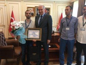 Başkan Mevlüt Uysal, yangından 10 çocuğu kurtaran İSKİ personeline hediye takdim etti