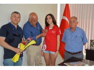 Başkan Karaçelik, başarılı sporcu Bengi'yi ödüllendirdi